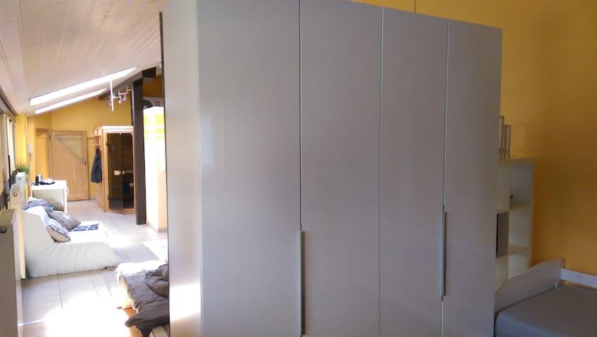 Kleiderschrank und Zusatzbett auf der Rückseite vom Doppelbett