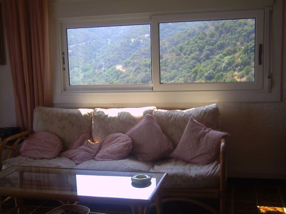 Ventana del salón con vistas a la montaña