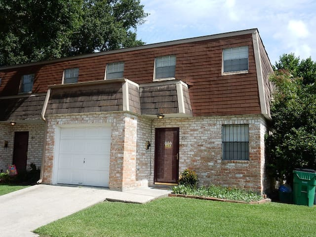 Spacious  Metairie Townhouse