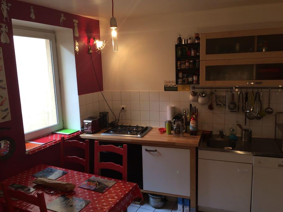 Notre cuisine tout équipée avec lave vaisselle et jolie déco