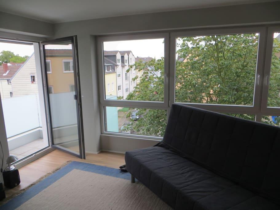 Große Fenster und der Balkon.