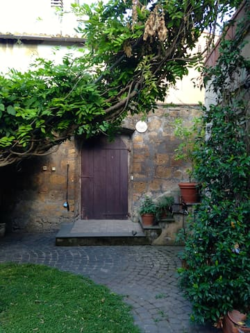 HOUSE WITH MEDIEVAL GARDEN - Tuscania - Apartment
