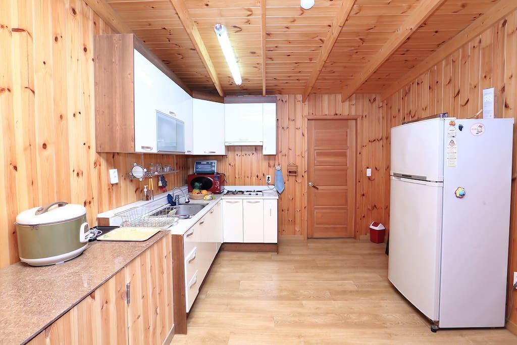 김삿갓별채의 출입시 보이는 거실&주방입니다.