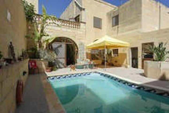 Twin Room overlooking pool area - Xagħra