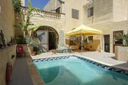 Twin Room overlooking pool area - Xagħra - Dům
