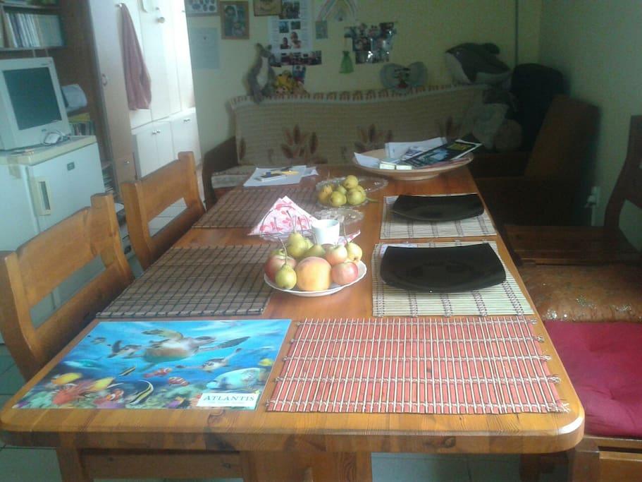 Étkezőasztal a nappailval