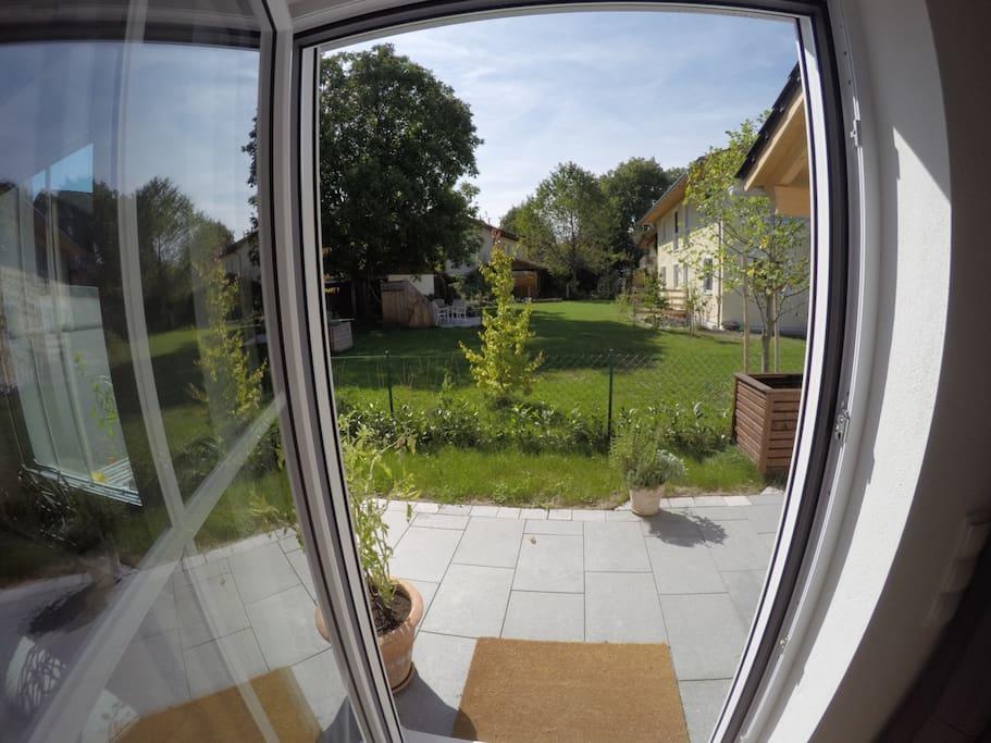 Blick vom Wohnzimmer in den Garten