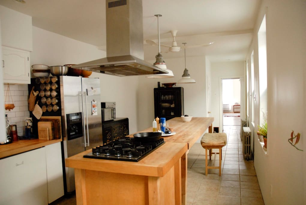 Chef's kitchen - great for cooking big meals - Viking cooktop and convection oven.
