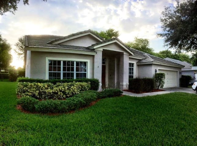 Very Large 4 Bedroom Home with Pool & Hot Tub - Coconut Creek - Ház