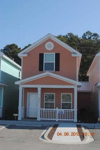 Contemporary 2-BR cottage, 1 Block to Beach