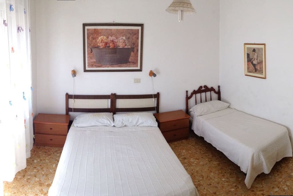 Big private bedroom with wifi and balcony, it is possible to have additional beds, ideal for a family or for a group of friends on the budget.