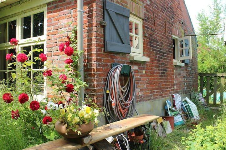 Knus huisje met grote tuin - Zandeweer - House