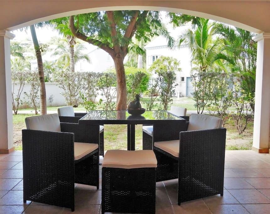 La terrasse composée d'une table et de 4 fauteuils confortables.