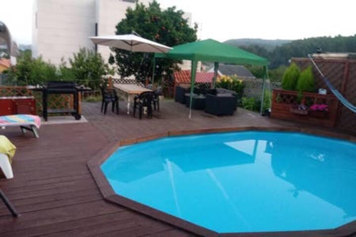 Casa solariega con piscina privad y vistas al mar.