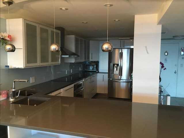 2BR/2BATH APT, HEART OF AVENTURA,YEARLY, XL,VIEWS!