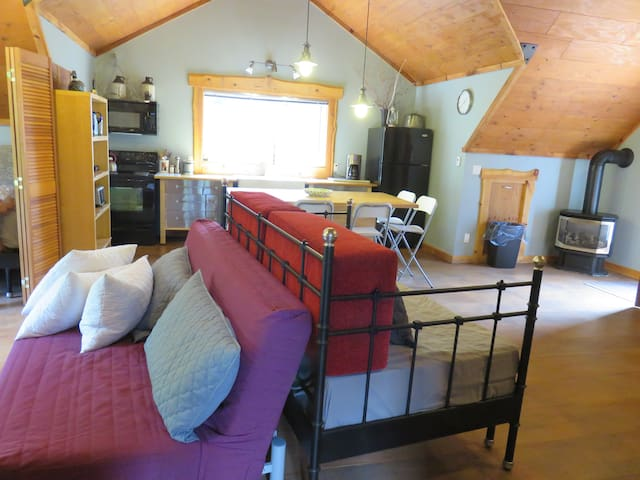 Open concept living space 2 king 1 queen beds