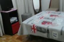 cama grande con tv
