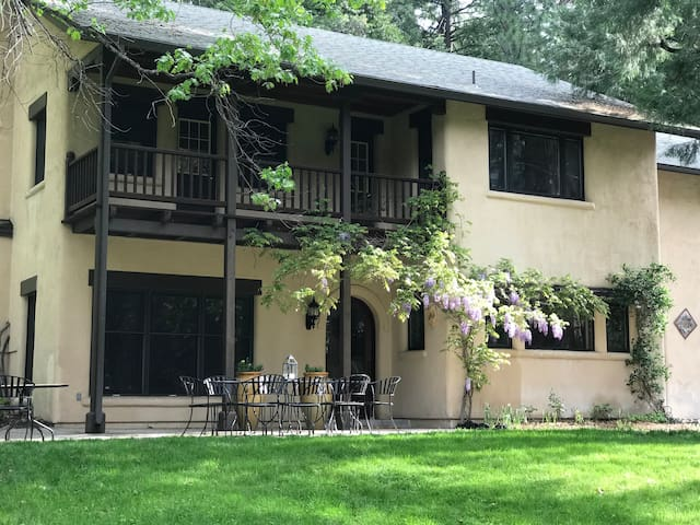 Beautiful Mt. Shasta Creekside Villa in the Forest