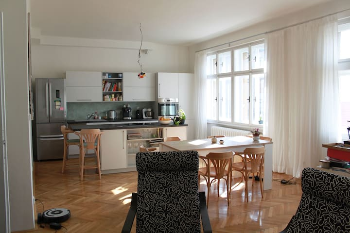 Nice spacious flat, hip neighbourhood - Prague - Apartment