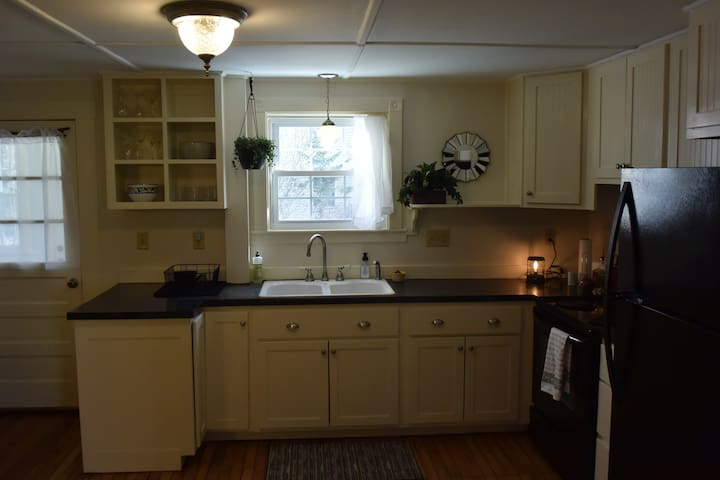 Roomy kitchen, with new cookware & service