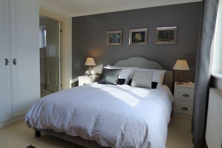 Private ensuite room in Lelant, St Ives , Cornwall - Lelant - 独立屋