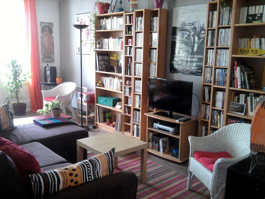 De nombreux livres et DVD à votre disposition! Grand canapé d'angle convertible en lit 2 places.