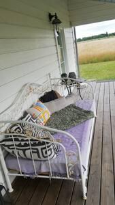Soveplads på hyggelig porch med morgensol