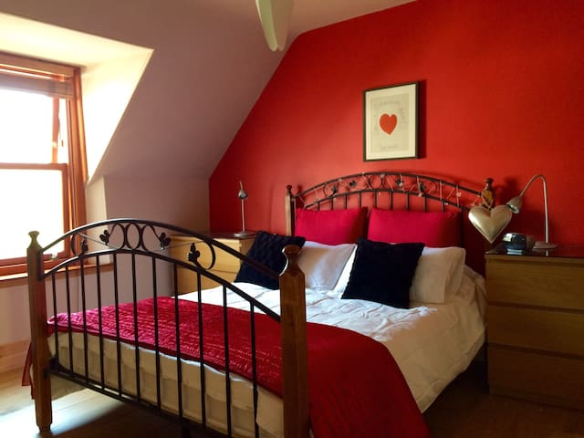 Kingsize bed with en-suite and dressing room