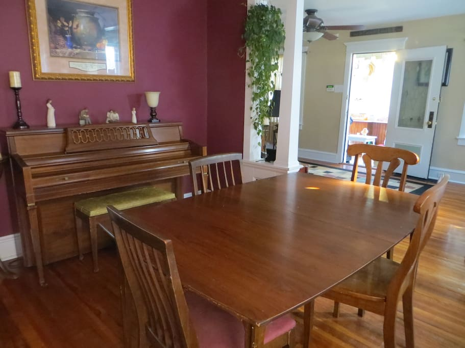 Dining room that can seat 6 guests.