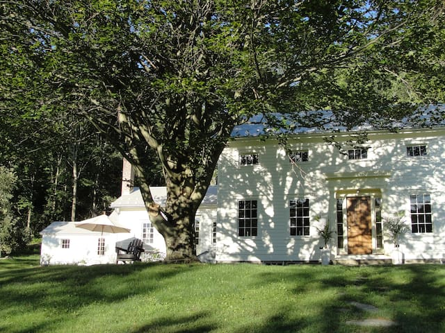 White Farmhouse: Partial Home - Hillsdale - Bed & Breakfast