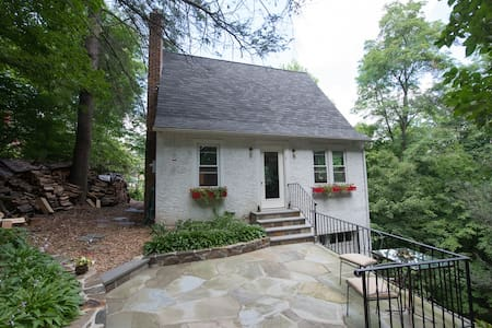 Airy cottage nestled in the woods - Croton-on-Hudson