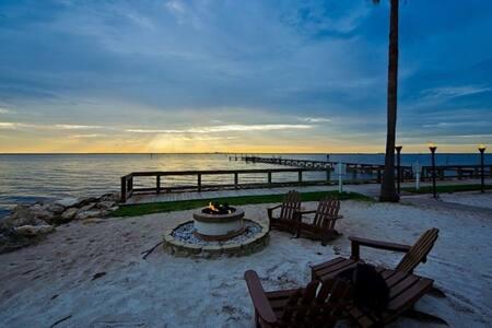 Sunset Bay-WATERFRONT STUDIO-private beach resort