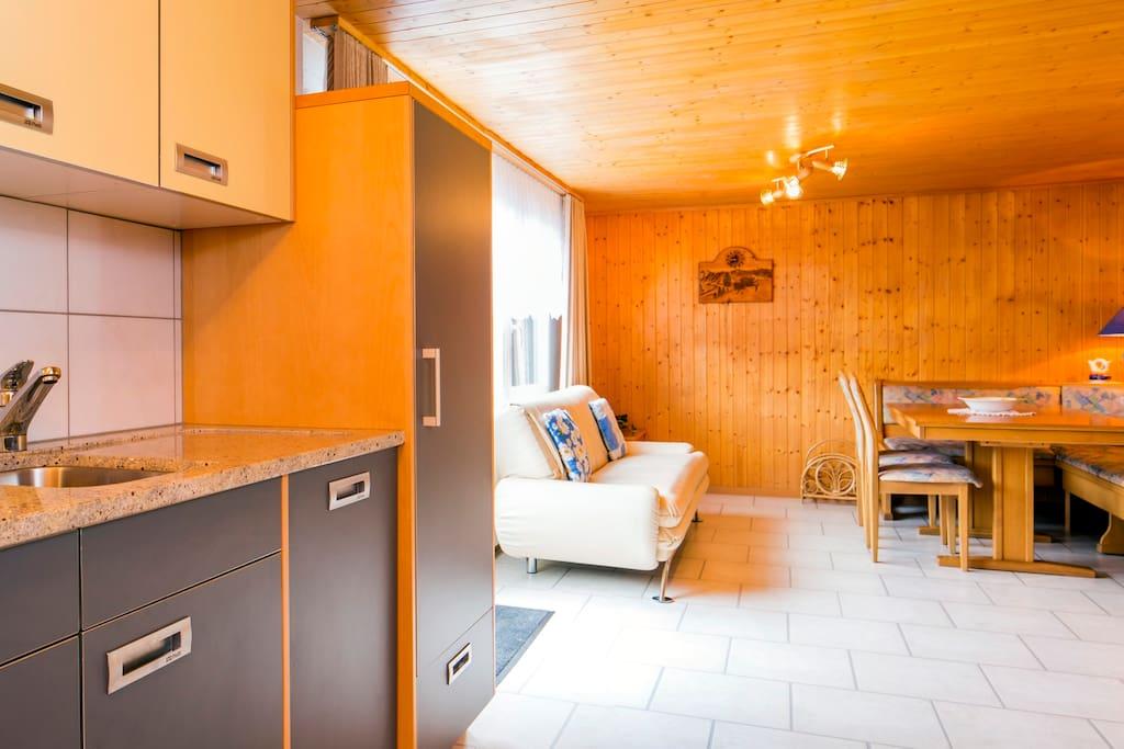 Wohn und Essbereich mit Zugang zum Balkon