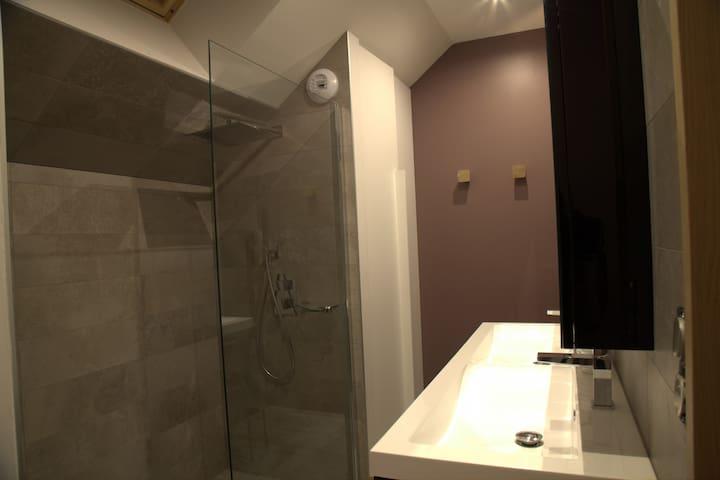 la salle de bain (chambre grand cru)