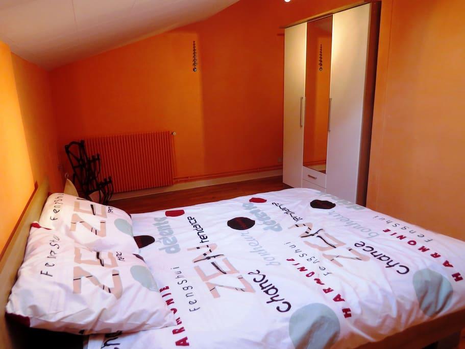 Votre chambre, au 1er, grand lit, penderie, table et chaise, velux....