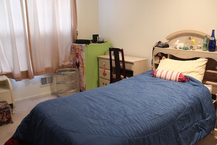 Small bedroom on a quiet street - South Plainfield
