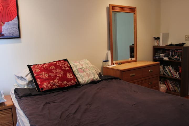 Medium bedroom on a quiet street - South Plainfield