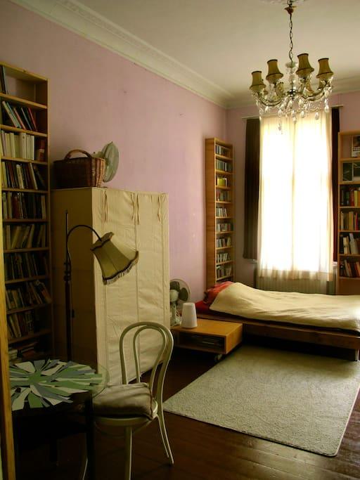 35m2 big Room/double bed/ balcony/Kabel- Tv/ books etc