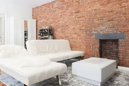 Cozy Room with Exposed Bricks - New York - Apartment