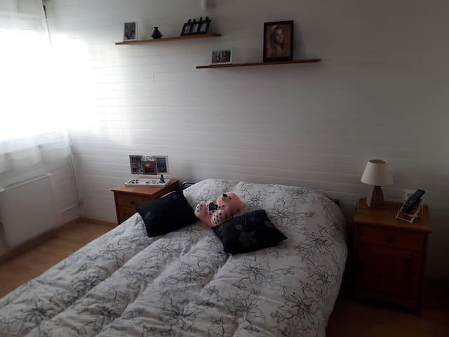 La deuxième chambre avec commode à tiroir et lit en 140