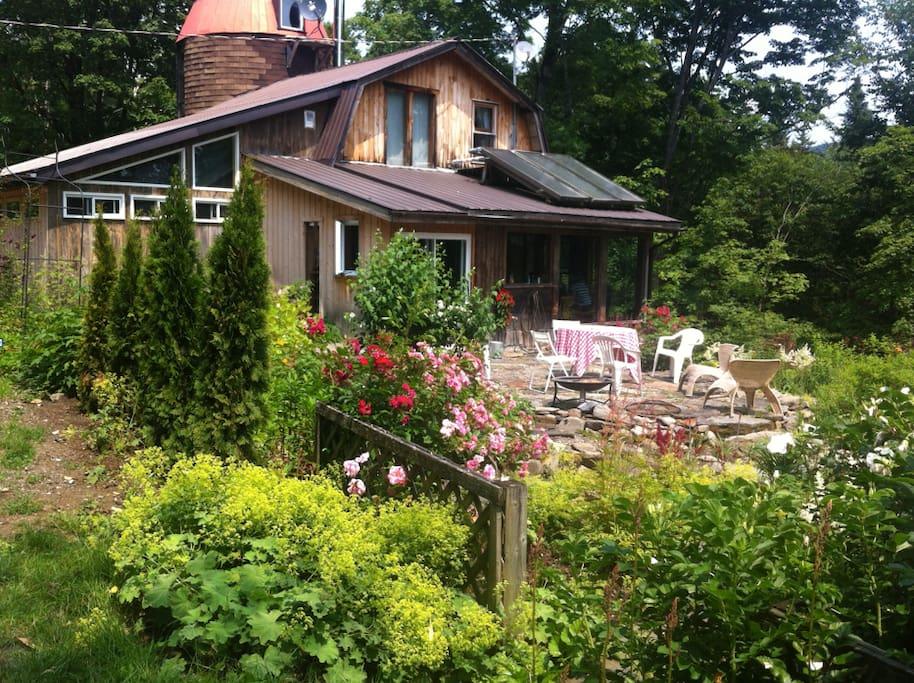 Le Silo et sa terrasse entourée de fleurs