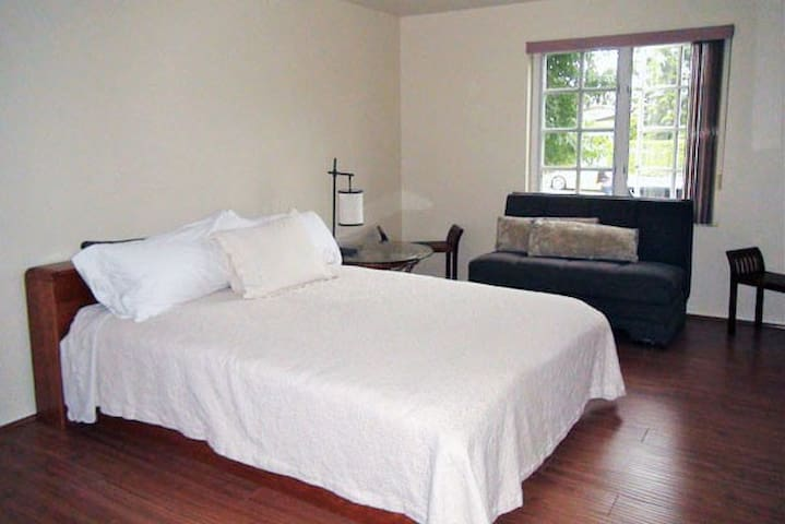 LARGE MASTER SUITE WALK 2 BEACH - Santa Monica - Condominium