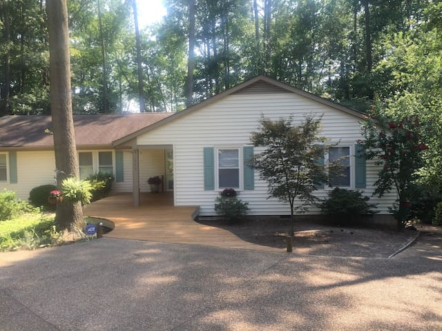 Home on Lake that sleeps 8 - Henrico