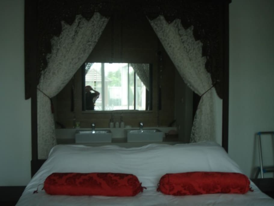 Master bedroom, face to the swimming pool