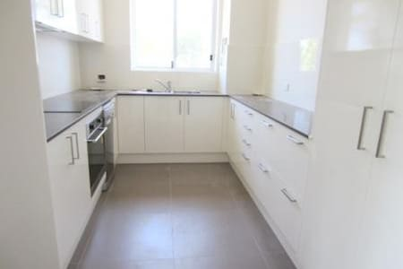 Sunny, clean, 200m to train station - Roseville - Apartment