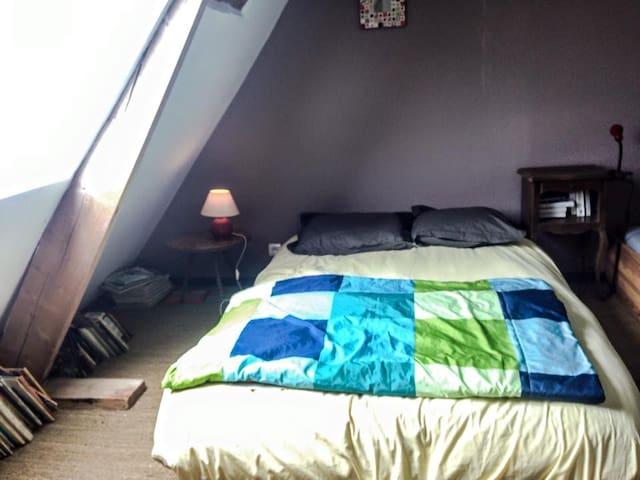 Chambre refaite à neuf avec deux lits simples