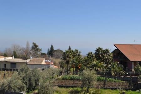 Casa su due livelli con giardino - Santa Venerina
