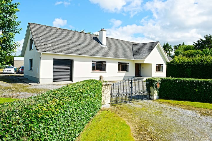 Gorgeous, homely bungalow - Murroe - Leilighet