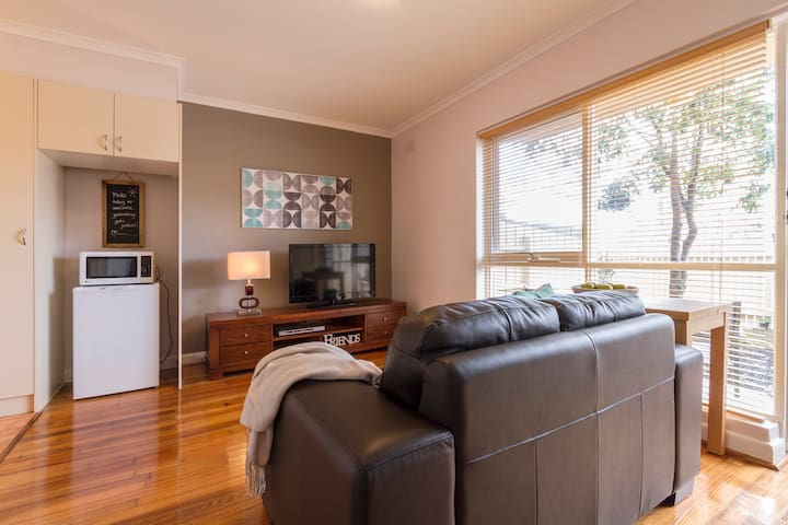 Sunny garden appt nr Chadstone Shopping,rail & bus - Murrumbeena - Apartment