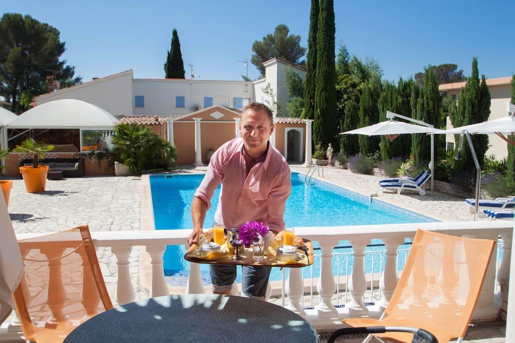Petit déjeuner proposé en extra a 8€50 sur la terrasse de la chambre Cèzanne